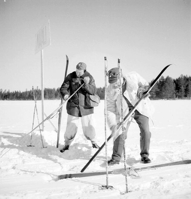 Suksia voidellaan hiihtokilpailussa. Uuno Laukan kokoelmat